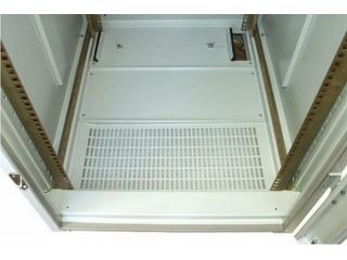 Нижний цоколь шкафа с установленным пылевым фильтром