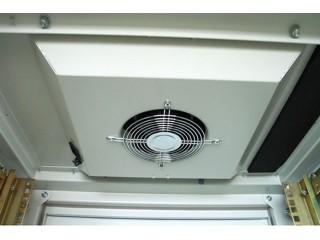 Установленный вентиляторный блок в крыше шкафа