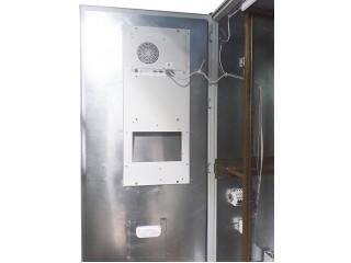 Дверь с установленным кондиционером